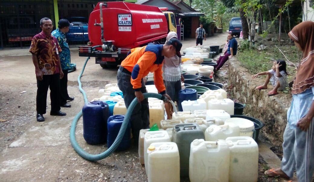 DROPING AIR BERSIH DISAMBUT GEMBIRA ; Berjalan 3 Kilometer Untuk Mendapatkan Air Bersih