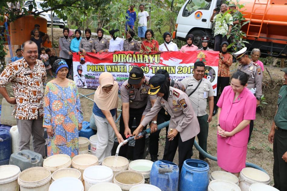 HUT Polwan ke-69, Polres Kebumen bersama BPBD Kebumen Bagikan Air Bersih di Desa Kalirejo